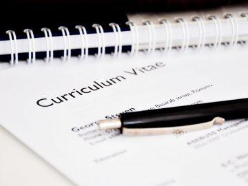 Ingezoomd detail van een Curriculum Vitae met een zwarte pen